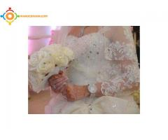 Robe de mariée en dentelle et perles