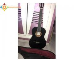 Guitare classique noire neuve avec sa pochette