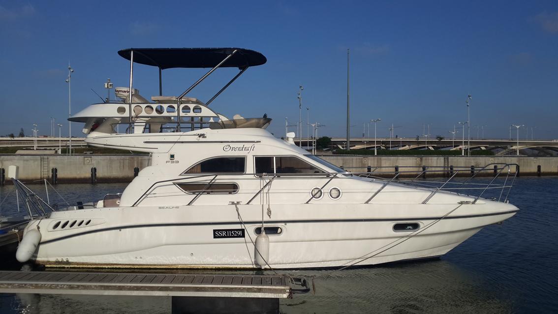 Superbe vedette de croisière visible sur l'eau à la Marina Bouregreg